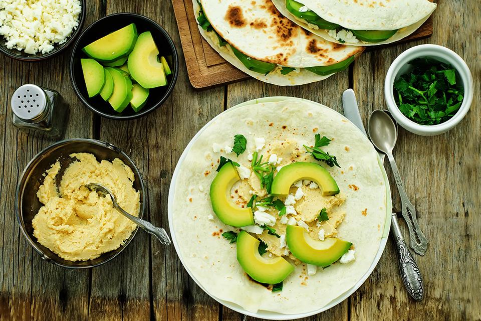 Geroosterd brood met hummus, avocado en ei