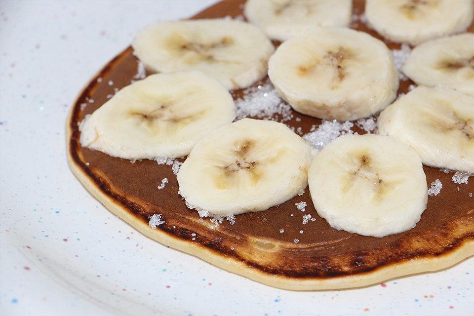 Glutenvrije pannenkoeken met bananen en kaneel