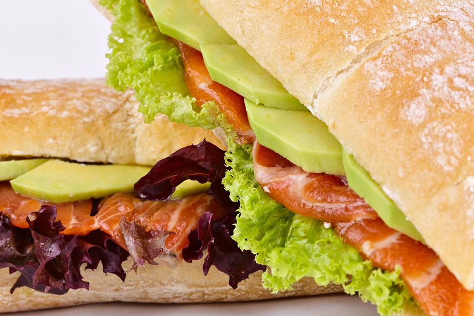 Zalmburger maken met avocado